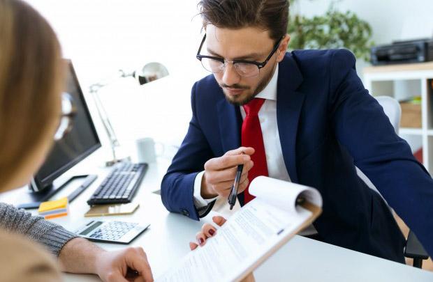 Дальше следует панчлайн. Это то, что у фокусников называется раскрытием: работница банка отвечает: «Слезами пишите!».