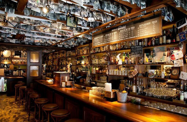 Мужчина заходит в бар и заказывает: «Ром с колой, пожалуйста, и пиво для моего пса-поводыря». Все рисуют себе в уме одну и ту же сцену.