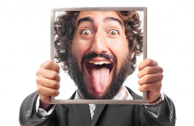 Юмористом является комик, который включает в себя два вышеуказанных вида. Он умеет подмечать забавные ситуации в жизни и преподносить их еще забавней. А также умеет из не смешных ситуаций творить смешные истории. Он хорошо понимает структуру ко