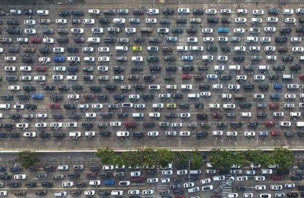 К примеру, вот заголовок одной новости, которую я только что нашел на одном сайте:  «В Китае 8000 автомобилей застряли в пробке из-за тумана».