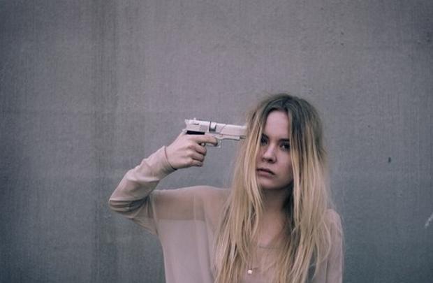 Здесь слово «себе » очень важно, потому что оно показывает то, куда направлен пистолет.