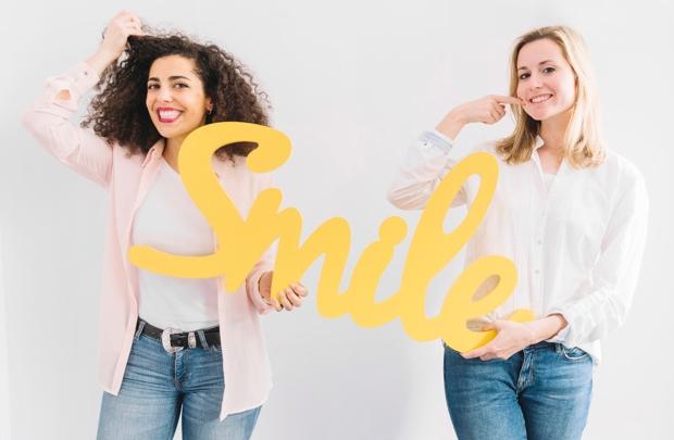 Лечение смехом обычно происходит в группе, но вы можете попробовать выполнить некоторые упражнения дома. Каждое упражнение делайте не меньше 2 минут, тогда сможете почувствовать, как снимается напряжение.