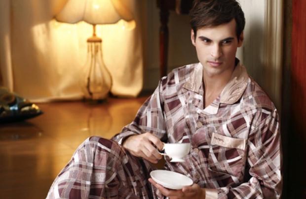 «Пижамы должны быть самой смешной одеждой в мире. Кто их придумал? Это как маленький крошечный костюм. Маленький воротник, кнопка внизу и … нагрудный карман. Очень полезный элемент. Кто-нибудь использует нагрудный карман? Вы положите туда ручку,